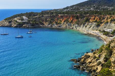 une vue panoramique sur la baie de Cala Hort à Ibiza, en Espagne, et ses abris de pêcheurs traditionnels Banque d'images