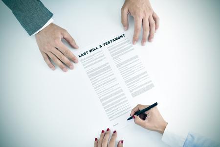 fallecimiento: de alto �ngulo de tiro de una mujer joven de firmar una �ltima voluntad y testamento documento delante de un joven