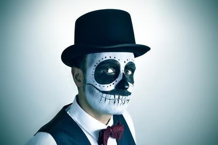 47485308 - Retrato de un hombre joven con calaveras maquillaje mexicano 26c4018925c