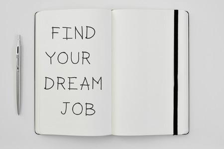 job: de alto ángulo de disparo de un bolígrafo y un bloc de notas con el texto a encontrar su trabajo ideal escrito en él