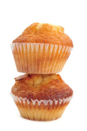 llanura: dos magdalenas, muffins de civil españoles típicos, sobre un fondo blanco Foto de archivo