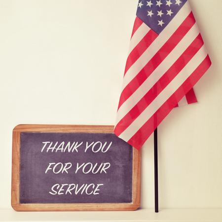 テキスト黒板とアメリカ合衆国の旗で書かれたあなたのサービスをありがとう
