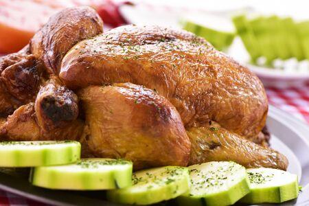 pavo: primer de un pavo asado apetecible en una bandeja con verduras