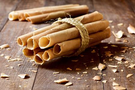 galletas: algunos Neulas caseras, barquillo finas típicas que se consumen en Navidad en Cataluña, España, atadas con una cuerda, en una superficie de madera rústica Foto de archivo