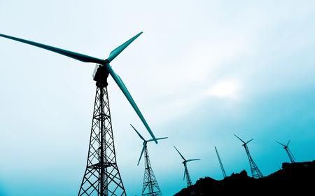 eficiencia: algunos aerogeneradores en un parque eólico, en un día nublado