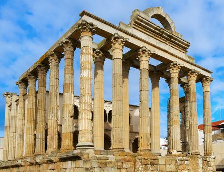 templo romano: una vista de los restos del antiguo templo romano de Diana en Mérida, España Foto de archivo