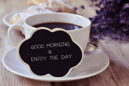 本文グッド モーニング朝食セット テーブルでバック グラウンドでいくつかのペストリー、コーヒーのカップに配置思想バブル形黒板に書かれた日 写真素材