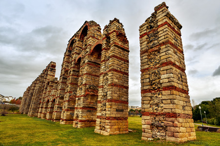 acueducto: a view of the remains of the ancient roman aqueduct Acueducto de los Milagros in Merida, Spain Stock Photo