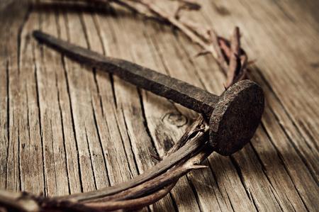 een voorstelling van de doornenkroon van Jezus Christus en een spijker, op het Heilig Kruis Stockfoto