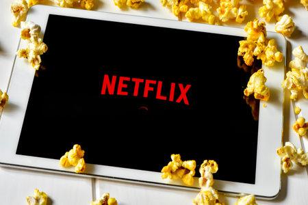 Barcelona, Spanje - 24 februari 2016: Popcorn en een tablet-computer met de Netflix homepage in het scherm. De aanbieder van streaming films en tv-serie werd gelanceerd in Spanje op oktober 2015