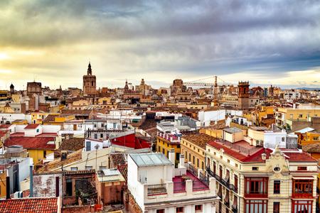 een luchtfoto van de daken van de oude stad van Valencia, Spanje, met de Micalet, de klokkentoren van de kathedraal, met de nadruk op de achtergrond