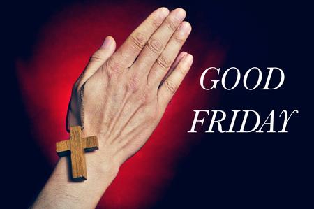 viernes santo: Primer plano de un hombre caucásico joven que ruega con una cruz de madera en sus manos y el texto del Viernes Santo