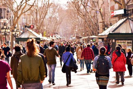 Barcelona, ??Spanje - 21 februari 2016: mensen lopen in La Rambla in Barcelona, ??Spanje. Duizenden mensen lopen dagelijks door dit populaire voetgangersgebied van 1,2 kilometer lang Redactioneel