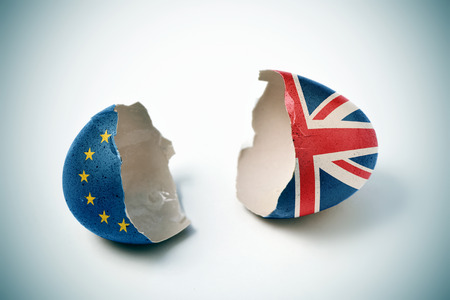 the two halves of a cracked eggshell, one patterned with the flag of the European Community and the other one patterned with the flag of the United Kingdom Standard-Bild
