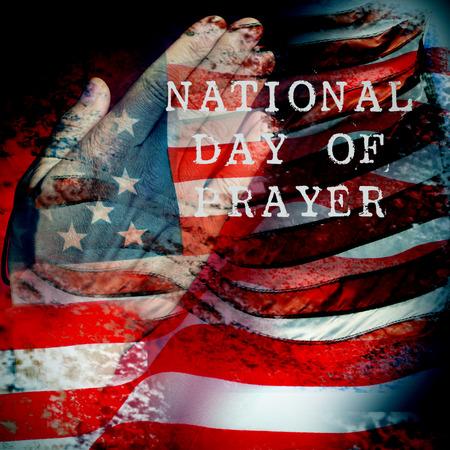 eine Doppelbelichtung der Flagge der Vereinigten Staaten und ein die Hände eines jungen kaukasischen Mann, der betet, und der Text nationalen Tag des Gebets
