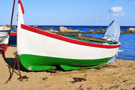 barca da pesca: primo piano di un vecchio peschereccio arenato sulla Platja de les Barques spiaggia di Calella de Palafrugell, Costa Brava, Catalogna, Spagna
