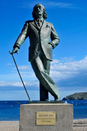 Cadaqués, España-20 de mayo de, 2015: Detalle de una estatua de bronce de tamaño natural del famoso Salvador Dalí en Cadaqués, España. Este pequeño pueblo de la Costa Brava tiene la casa-museo del artista