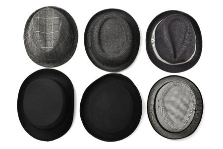 insolación: tiro alto ángulo de sombreros diferentes sobre un fondo blanco