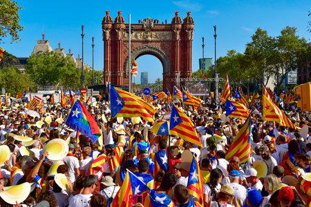 バルセロナ, スペイン - 2016 年 9 月 11 日: 人々 のナショナルデーの間にスペインのバルセロナでカタルーニャの独立のためのサポートの集会参加者 報道画像