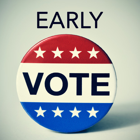 closeup of a badge with the word vote written in it, and the word early, for the early vote in the United States election, with a slight vignette added Stockfoto
