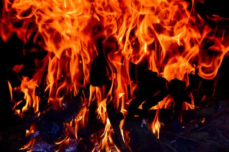 resplandor: Primer plano de las llamas del fuego de una fogata o una chimenea