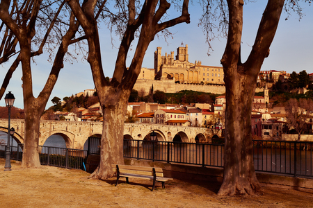 cathedrale: a view of the Pont Vieux bridge above the Orb River in Beziers, France, with the Old Town on the right, highlighting the Cathedral of Saint Nazaire Stock Photo