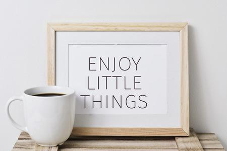 텍스트와 목조 액자의 그림 작은 things 그것에 소박한 나무 표면에 커피 한 잔을 즐기십시오 스톡 콘텐츠