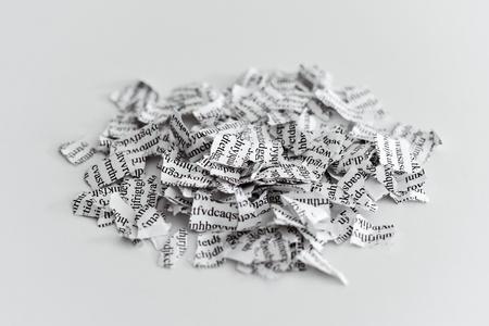 인쇄 된 서신 또는 문서가 천 조각으로 나누어 져있다.