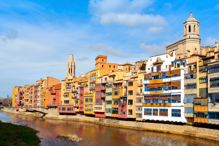 gomez: the Onyar River in Girona, in Spain, and some of the characteristics colorful houses of the Old Town, highlighting above them the Cathedral on the right and the Church of Sant Feliu in the center Stock Photo