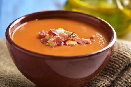 スペイン サルモレッホはコルドベスまたはポラー antequerana、セラーノ生ハムとクルトン、青の素朴なテーブルの上にのせた冷たいトマトスープと陶
