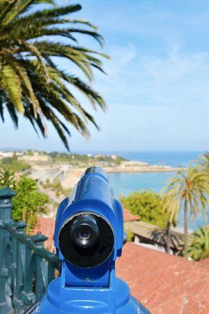 Un observador de la torre apuntando al mar Mediterráneo y el promontorio de Punta del Miracle, en Tarragona, España, en la parte superior del Balcón del Mediterráneo Foto de archivo - 79312413