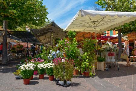 NICE, FRANKRIJK - 4 JUNI 2017: Uitzicht op de Marche aux Fleurs, de beroemde bloemenmarkt, dinsdag tot en met zondag, in de Cours Saleya, in de oude binnenstad van Nice, Frankrijk Stockfoto - 79692320