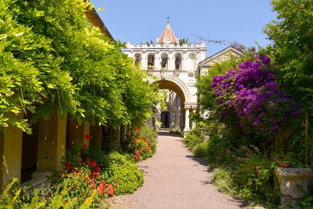 サン Honorat の島、フランスの Lerins 修道院の教会への入り口