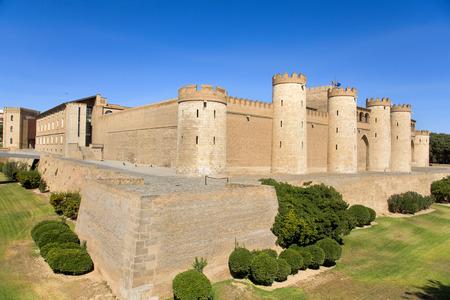 una vista del Palacio de la Aljafería en Zaragoza, España, un palacio islámico medieval fortificado construido durante el siglo once Foto de archivo