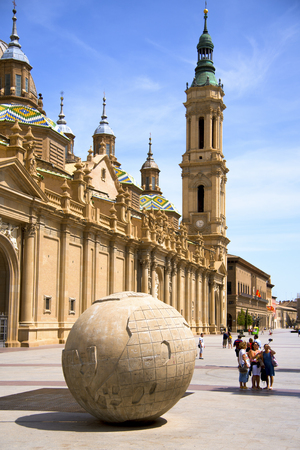 ZARAGOZA, SPAIN - AUGUST 19, 2017: Tourists at the Plaza del Pilar square, in Zaragoza, Spain, with the Cathedral-Basilica of Our Lady of the Pillar in the background Éditoriale
