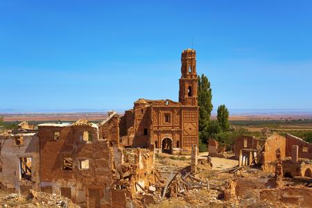 Belchite, 스페인의 오래 된 마을의 잔해의보기 스페인 남북 전쟁 동안 파괴 하 고 그로부터 포기, 산 마틴 드 투어 교회 강조 표시 스톡 콘텐츠