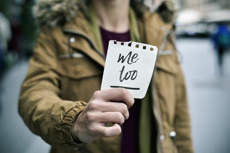 Primer plano de una mujer caucásica joven en la calle que muestra un pedazo de papel con el texto te quiero en ella Foto de archivo - 88359526