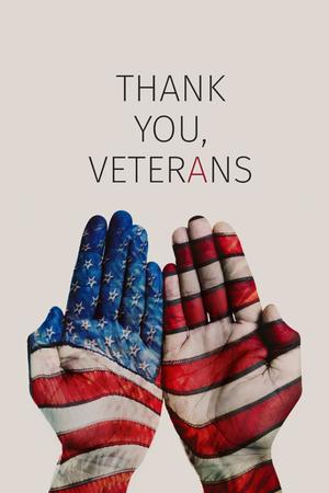 Nahaufnahme der Hände eines Mannes, der mit der Flagge der Vereinigten Staaten und des Textes kopiert wurde, danken Ihnen Veteranen gegen einen beige Hintergrund