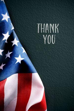 un drapeau américain et le texte merci sur un fond vert foncé Banque d'images