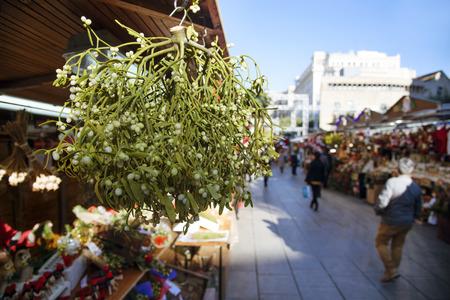 close-up van een bos van maretak te koop in een kraam op een kerstmarkt in Barcleona, Spanje