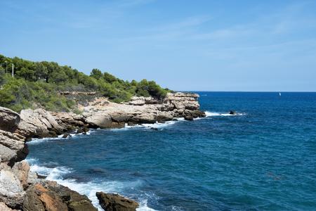 een uitzicht op de kaap van Punta de Calafat, in Ametlla de Mar, Spanje, aan de populaire kust van Costa Daurada