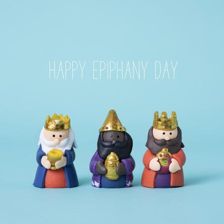 los tres reyes magos y el texto feliz día de la epifanía sobre un fondo azul