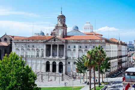 Oporto, Portugal - 27 de agosto de 2018: Vista de la fachada principal del Palacio da Bolsa, el Palacio de la Bolsa, en la Plaza Infante Dom Henrique, en Oporto, Portugal