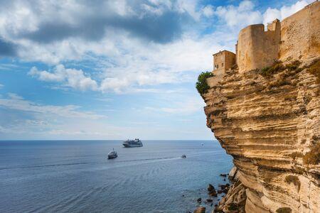 프랑스 코르세(Corse)에 있는 보니파시오(Bonifacio) 구시가지의 그림 같은 빌 오트(Ville Haute)의 전망은 지중해 절벽 꼭대기에 있습니다. 스톡 콘텐츠