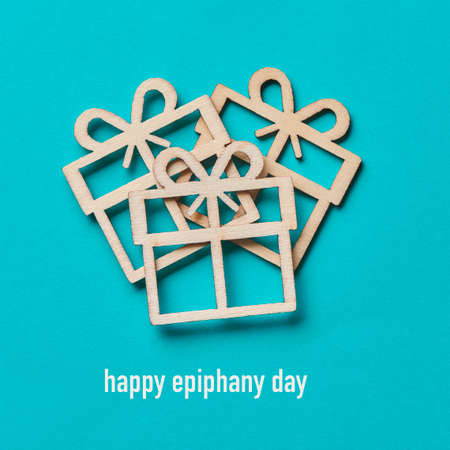 some gifts cut out on wooden and the text happy epiphany day on a blue background Banque d'images