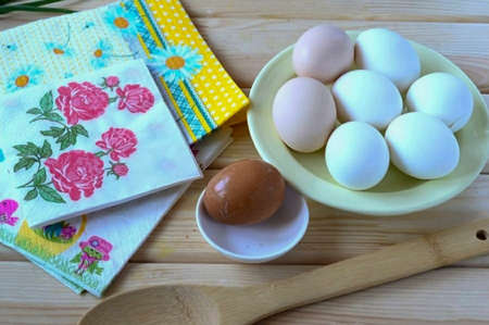 Boil hard-boiled eggs in advance. Please note: it is easier to work with hot eggs, the protein dries faster on them. But if the eggs have already cooled down, then it's okay, you just have to wait longer for the protein to dry. I advise you to use eggs with white shells - it will turn out more beautiful.