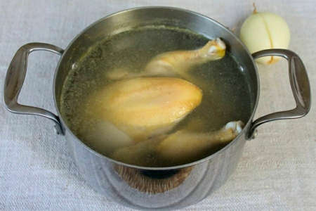 Gut the chicken, rinse and put in a saucepan with water. Before boiling, foam appears, which must be removed.