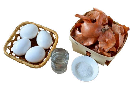 Prepare all the required ingredients. Please note, we need raw eggs, we will cook them directly in the husk. I start to collect the husks a few weeks before Easter, and then I have an almost full bag of husks suitable for coloring eggs.