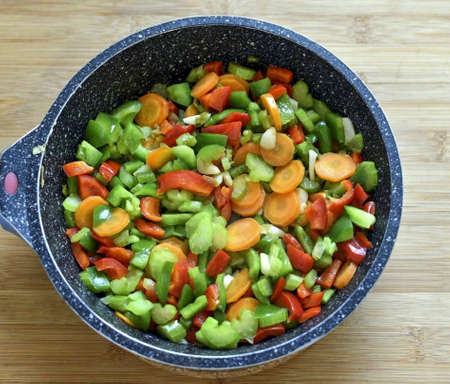 Then add the carrots, celery and peppers to the skillet. Pass for 3-4 minutes.
