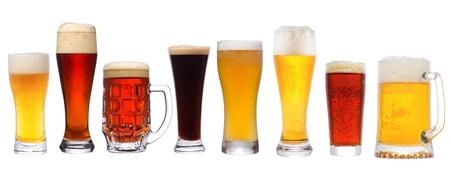 vasos de cerveza: establecer con cerveza diferente sobre fondo blanco Foto de archivo